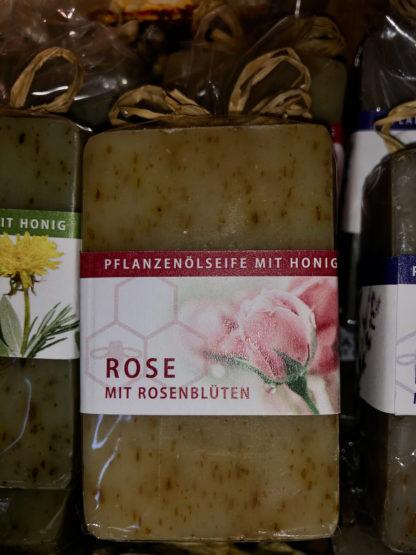 Honigseife mit Rosenblüten