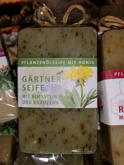 Honigseife mit Bimsstein und Kräutern